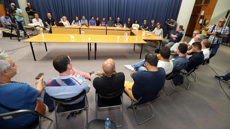 La consejera de Educación del Gobierno de Canarias, Soledad Monzón (d), se reunió con 25 timplistas de Lanzarote, Fuerteventura, Gran Canaria y Tenerife.