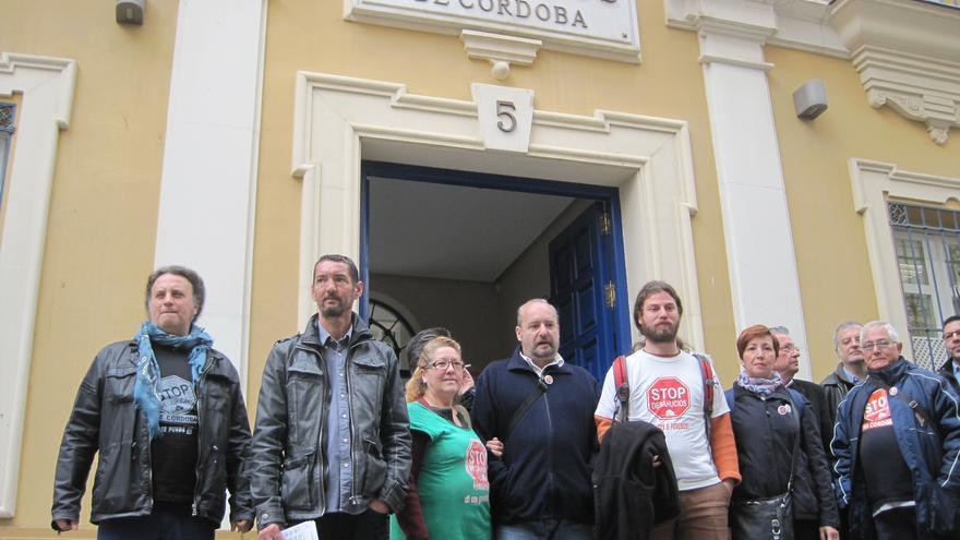 Afectados por el falso letrado, ante el Colegio de Abogados donde Stop Desahucios ha presentado su denuncia.