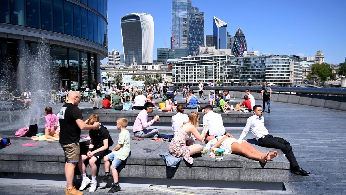 Varias personas disfrutan de un día soleado en Londres, el pasado 1 de junio.