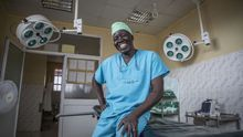 El cirujano sursudanés Evan Atar Adaha gana el PremioNansende Acnur por su labor con los refugiados