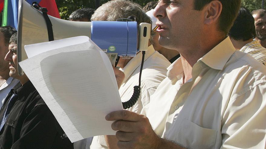 Un periodista crítico con las autoridades, Khadzhimurad Kamalov, durante un acto público en el Sur de Rusia, 2008. Cuatro años después murió por defender sus ideas. Copy: AP Photo/Sergei Rasulov