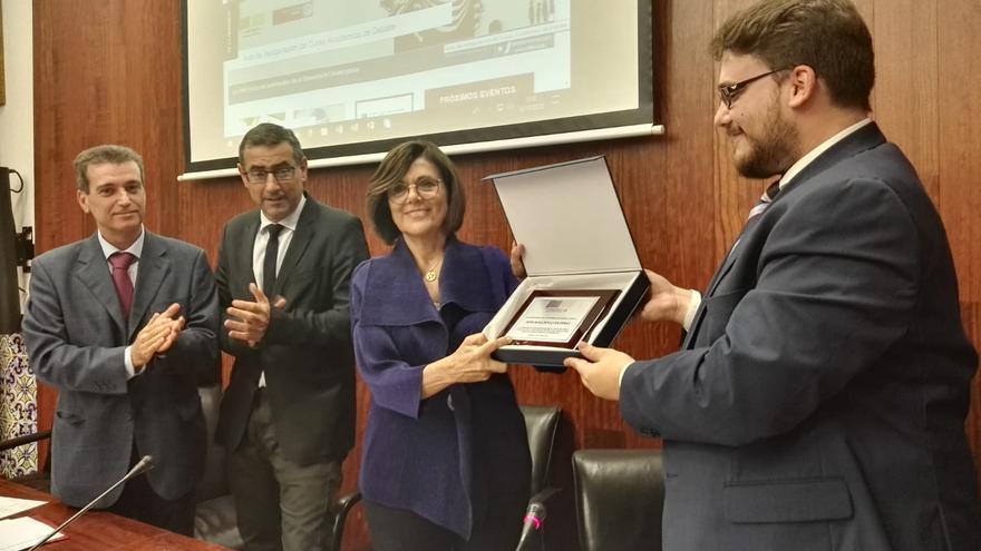 Rosa Peñalver, distinguida como primera socia de Honor del Club de Debate de la UM