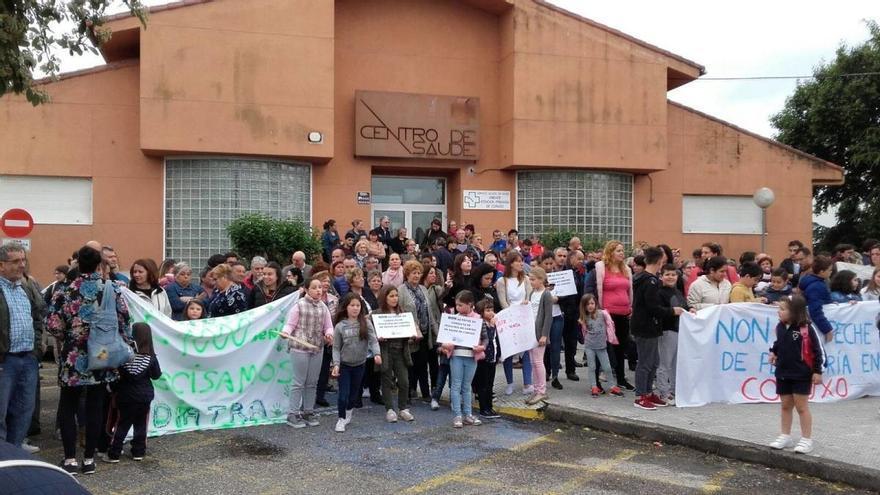 Movilización ante el centro de salud de Coruxo (Vigo) por la falta de pediatras