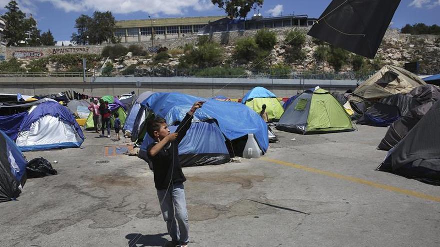 Varios refugiados abandonan un campamento griego ante las malas condiciones