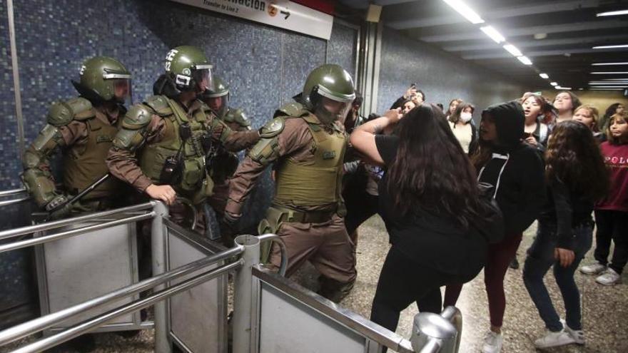 Carabineros de la policía chilena detienen a un grupo de manifestantes.