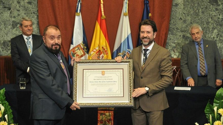 Azpilicueta, a la izquierda, recibe el título de manos del presidente insular, Carlos Alonso