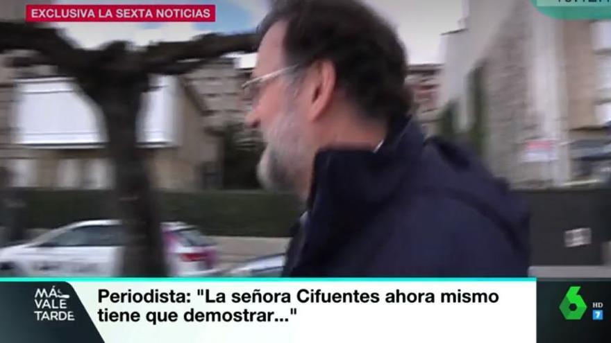 Rajoy huyendo de la prensa tras ser preguntado por el máster fraudulento de Cristina Cifuentes