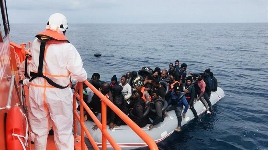 Rescatadas 16 personas de una patera en el Estrecho