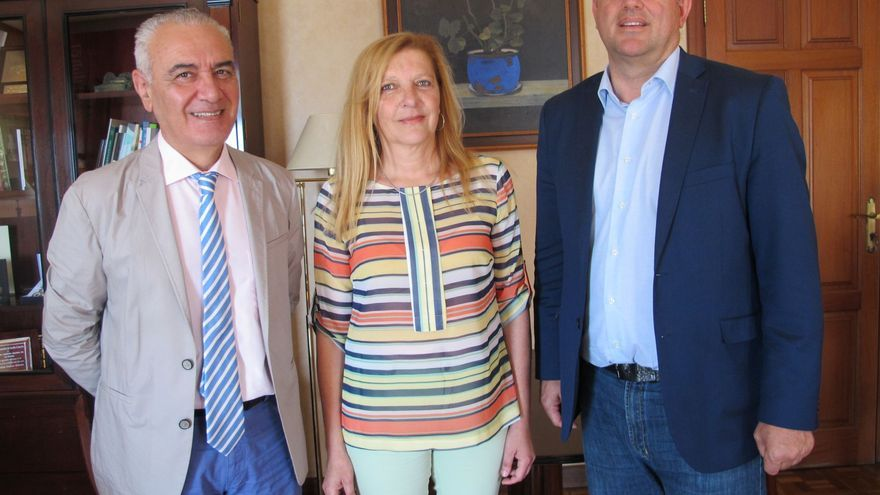 Migual Ángel Morcuende (i), Rosario Cabrera y Anselmo Pestana.