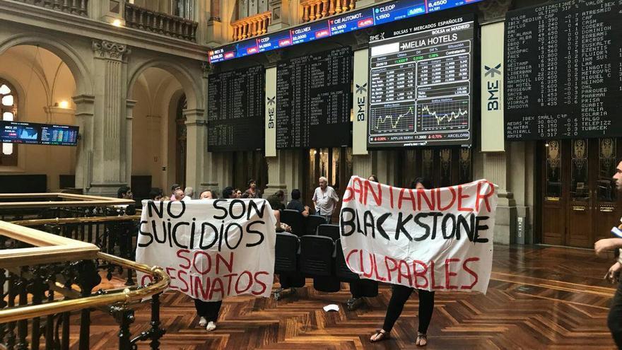 Protesta en el interior de la bolsa de Madrid. / PAH Arganda