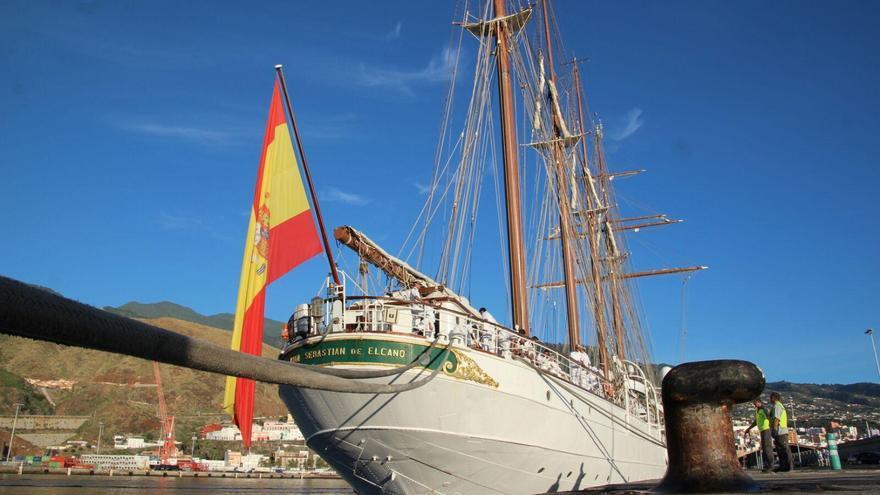 El buque escuela Juan Sebastián Elcano, este lunes, en el Puerto de Santa Cruz de La Palma. Foto: JOSÉ AYUT.