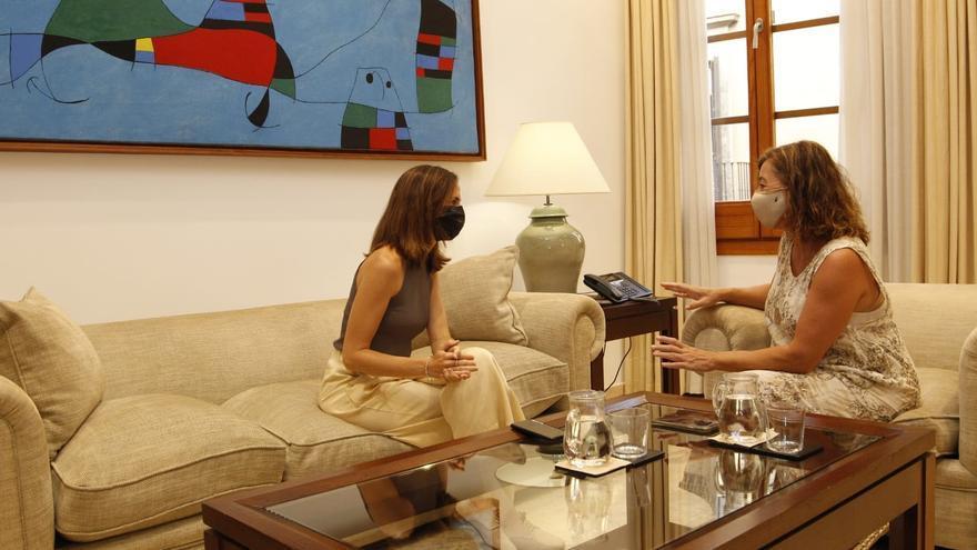 La ministra de Derechos Sociales y Agenda 2030, Ione Belarra, y la presidenta del Govern, Francina Armengol, durante un encuentro en el Consolat de Mar, en Palma.