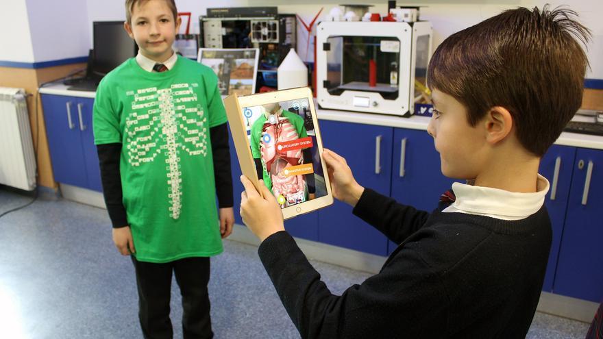 Los alumnos del centro estudiando el cuerpo humano con realidad aumentada