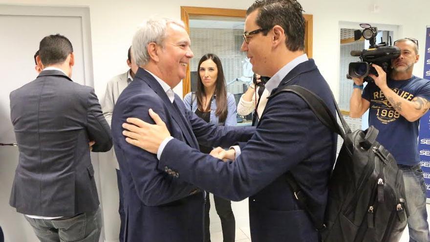 Sebastián Franquis habla con Pablo Rodríguez.