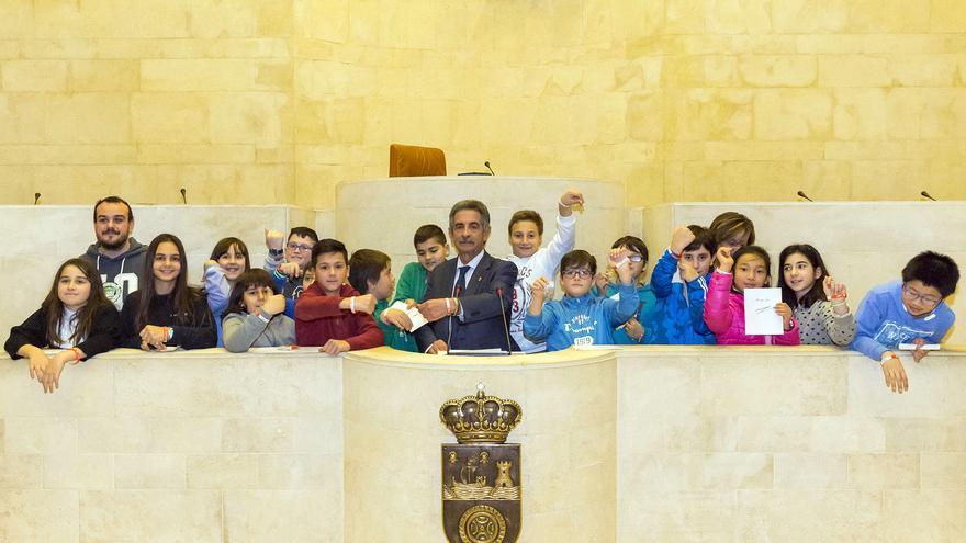 Miguel Ángel Revilla en un acto con niños en el Parlamento de Cantabria.