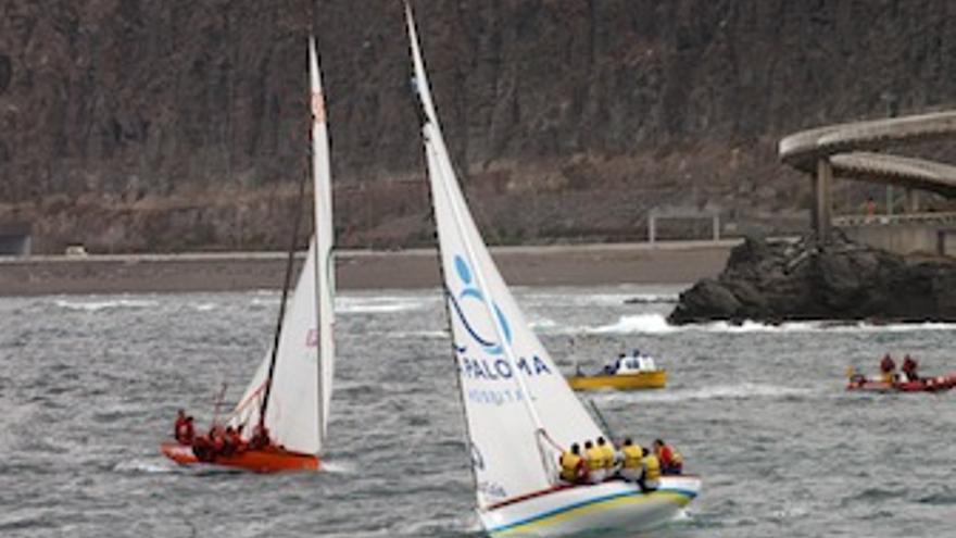 Dos de las embarcaciones a la altura de la Playa de La Laja. (Acfi Press)