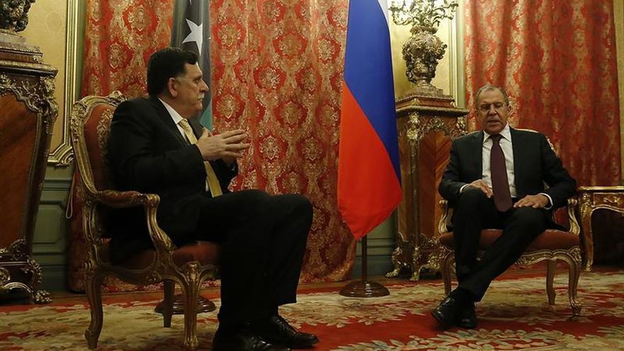 Lavrov pide una solución a la crisis libia sin injerencia exterior al recibir a Serraj