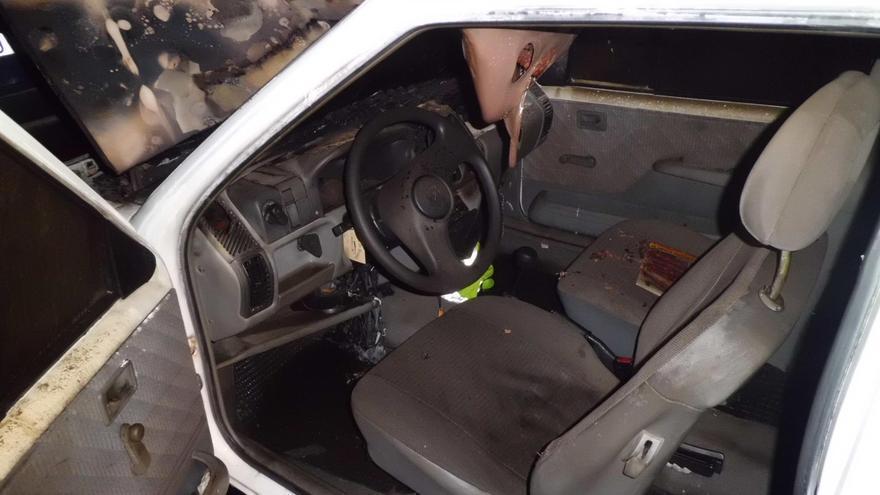 En la imagen, el coche incendiado. Foto. BOMBEROS LA PALMA.