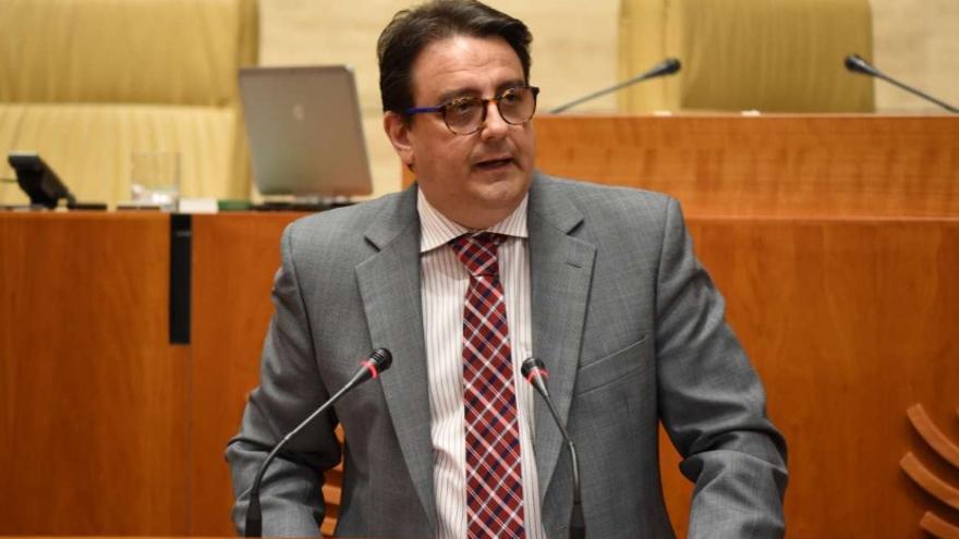 El consejero de Sanidad y Políticas Sociales, José María Vergeles, en la Asamblea de Extremadura