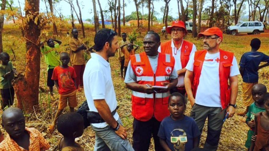 El vecino de Granadilla y personal de Cruz Roja en Tanzania