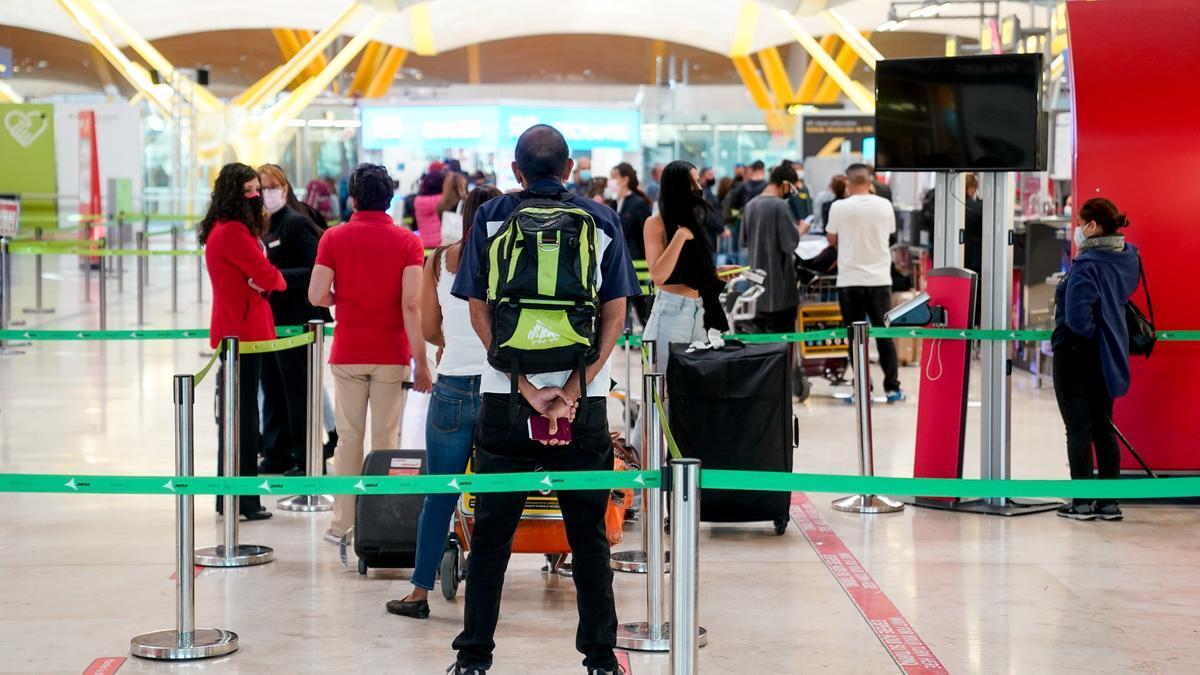 Viajeros en el aeropuerto de Barajas, Madrid.