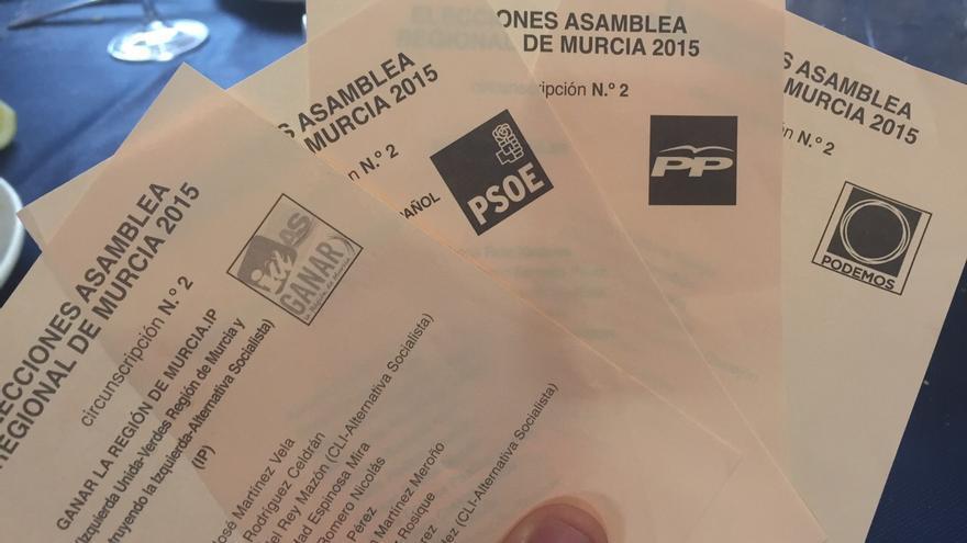 Papeletas de Ganar Cartagena junto a las del resto de partidos