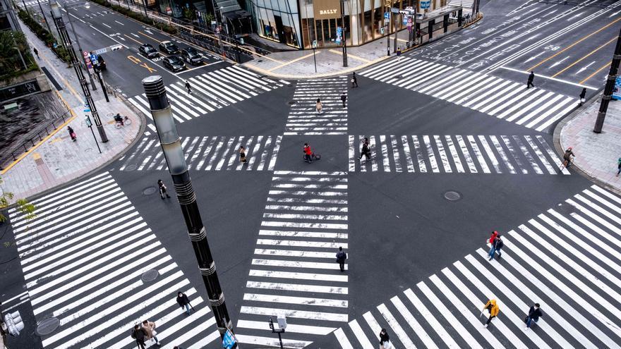 29 de marzo de 2020. Pocas personas cruzan una intersección normalmente concurrida después de que el gobierno metropolitano de Tokio pidiera a los residentes que se quedaran en sus casas contra el coronavirus.