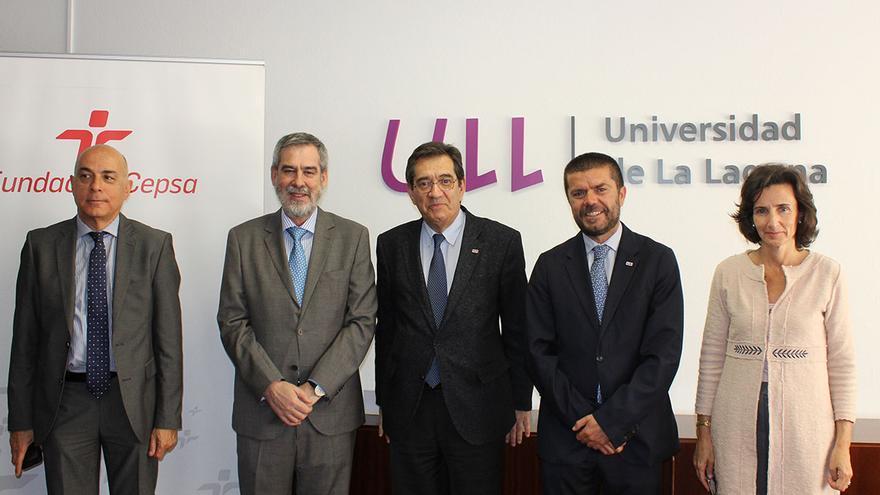 Antonio Martinón (centro), rector, y el representante de la Fundación CEPSA, José Manuel Fernández-Sabugo (izquierda del rector)