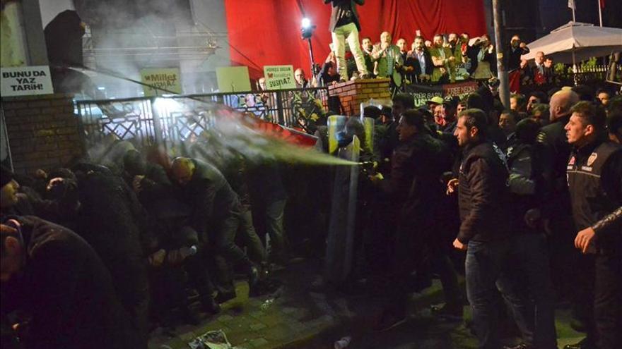 La Policía turca ataca a los manifestantes que protestaban contra la incautación del diario Zaman.