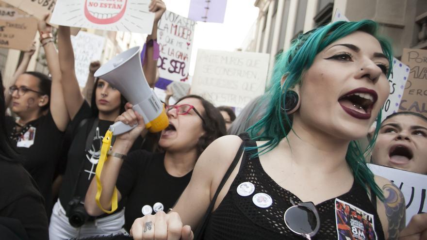 Jóvenes en la marcha feminista de la capital tinerfeña