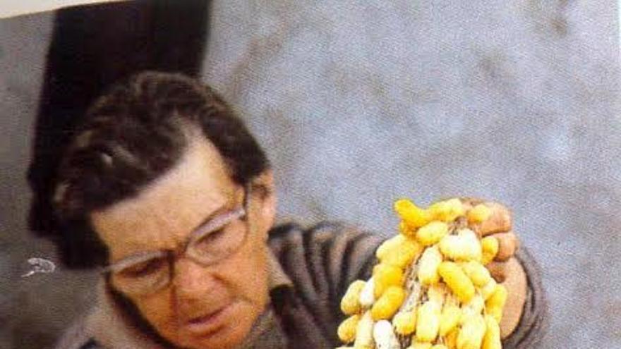 En la imagen, una artesana de la seda de El Paso.