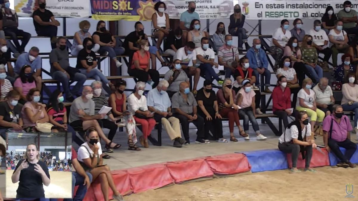 Vecinos y vecinas en el Terrero de Lucha Federico Simón.