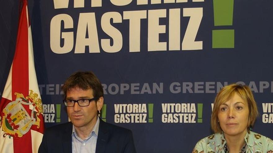 Miren Larrion junto al alcalde de Vitoria, Gorka Urtaran