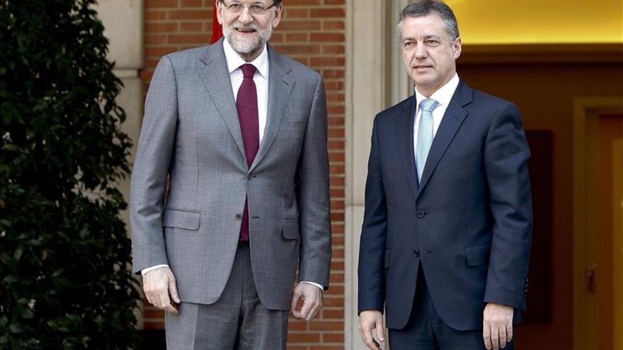 Rajoy traslada a Urkullu su voluntad de reunirse con él