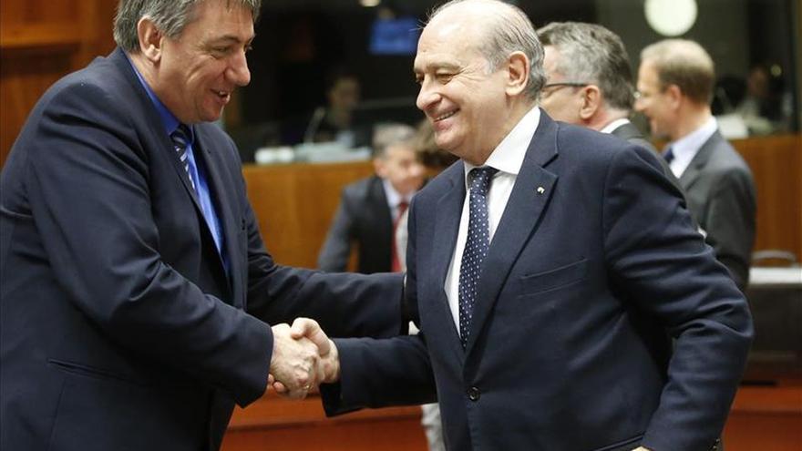 El ministro español de Interior, Jorge Fernández Díaz (dcha), saluda a su homólogo belga, Jan Jambon (izq). / EFE.
