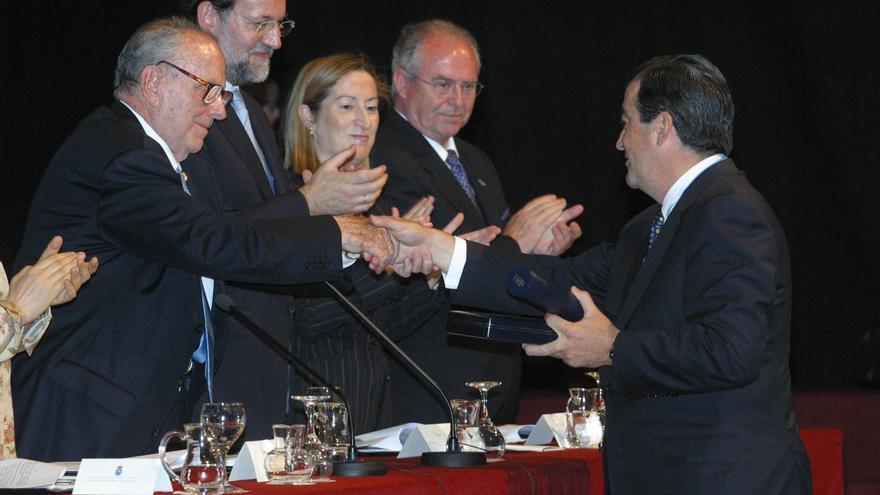 Fraga entrega en 2003 la Medalla de Galicia al entonces ministro de Fomento, Francisco Álvarez-Cascos, en agradecimiento por el Plan Galicia