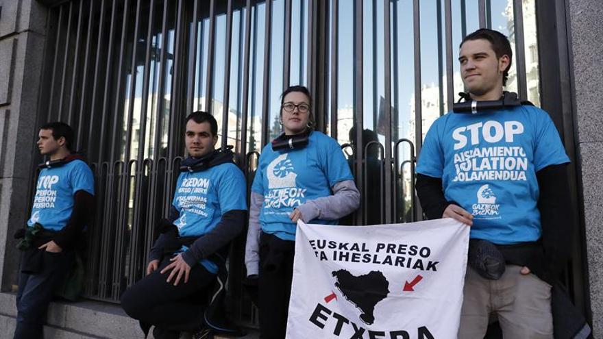 Abertzales se encadenan en la sede de Prisiones contra la dispersión de etarras