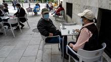 Vecinos de Santander disfrutando de las terrazas durante la fase 1 | JOAQUÍN GÓMEZ SASTRE