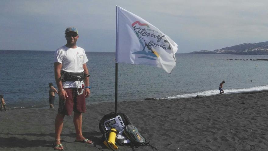 Jairo Rodríguez en la playa de Santa Cruz de La Palma.