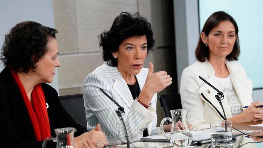 La ministra Portavoz, Isabel Celaá (c), la ministra de Trabajo, Magdalena Valerio, y la ministra de Industria, Reyes Maroto (d)