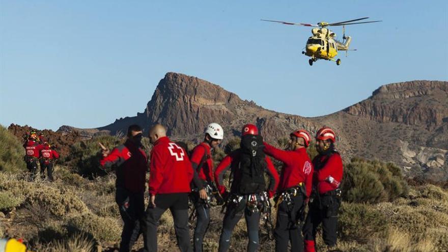 Personal de emergencias y seguridad, durante el rescate en el teleférico del teide