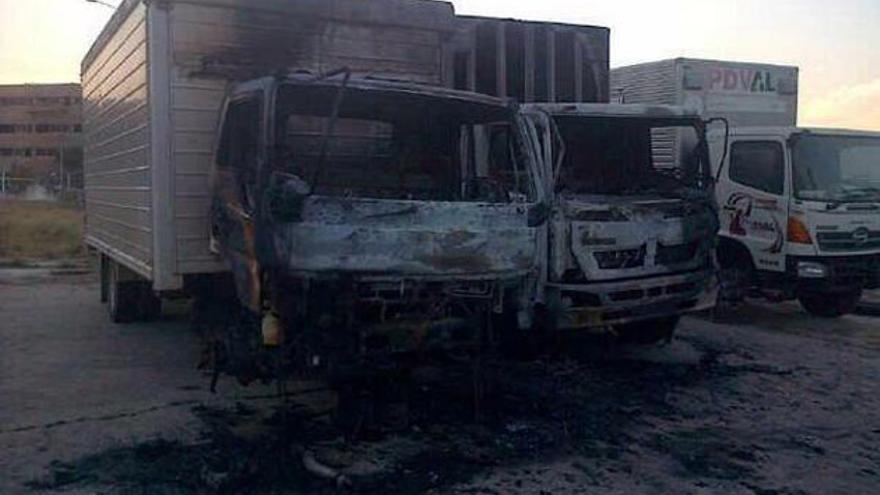 Camiones incendiados.