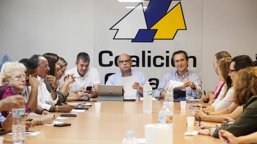 El secretario de organización de Coalición Canaria, José Miguel Barragán (c), acompañado del miembro de la ejecutiva de Coalición Canaria, José Miguel Ruano (d) y del presidente del Gobierno de Canarias, Fernando Clavijo (i), al inicio de la reunión de la Comisión Ejecutiva Nacional de Coalición Canaria celebrada hoy en Santa Cruz de Tenerife.