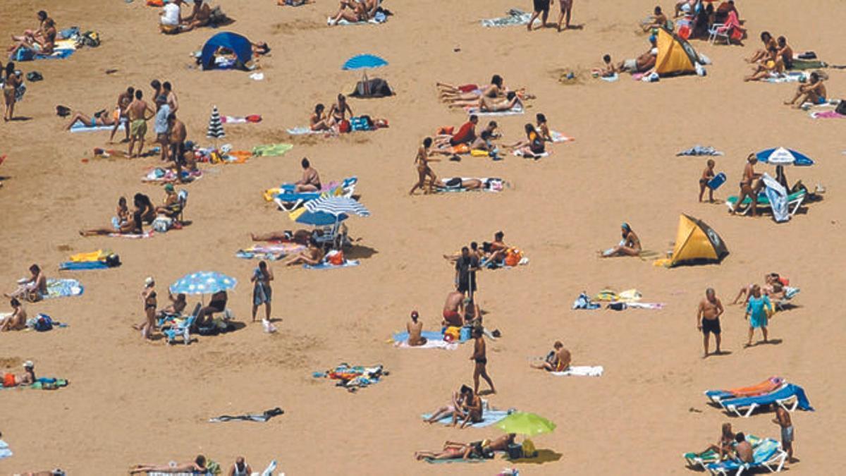 Gente en la playa de Las Teresitas, en Tenerife