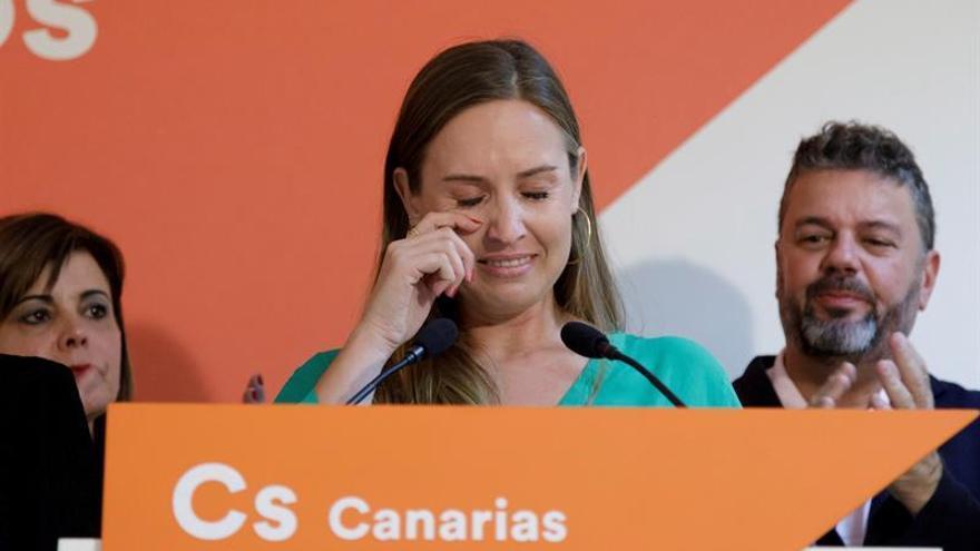 La candidata de Ciudadanos por Santa Cruz de Tenerife, Melisa Rodríguez, se emociona durante la valoración de los resultados. EFE/Ramón de la Rocha