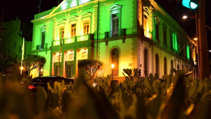 Aspecto de las casas consistoriales de Santa Cruz de Tenerife, en la noche de este miércoles