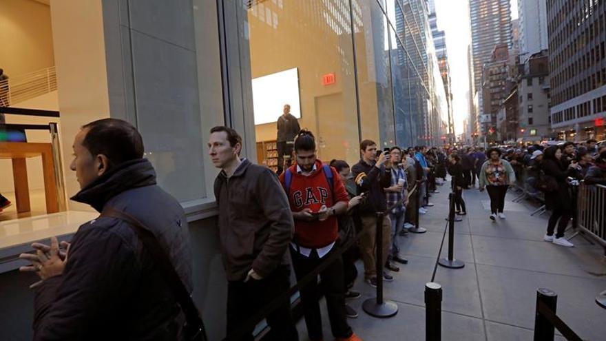 El nuevo iPhone recibido en Nueva York con colas, pero con recelo por el precio