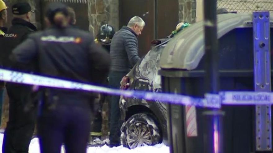 Efectivos de la Policía Nacional en el lugar donde se incendió el coche