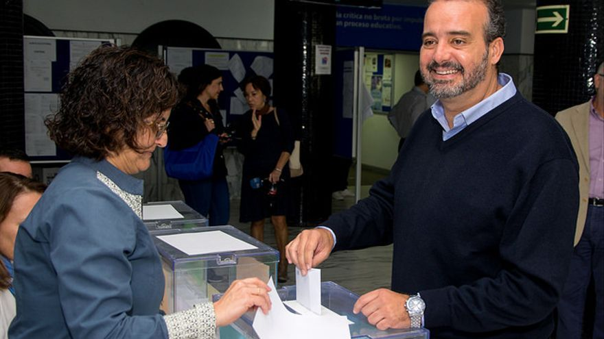 El rector elector de la ULPGC, Rafael Robaina, ejerciendo su derecho a voto