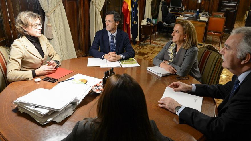 La ministra Isabel García Tejerina, en una reunión con Javier Goñi, presidente de Fertiberia el 13 de diciembre de 2017.